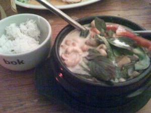 gäng khow whan tohu (Tofu mit Gemüse in Kokosmilch)